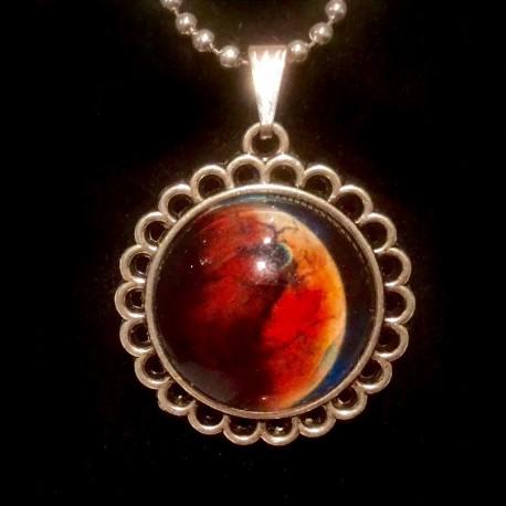 Космический кулон с Луной на цепочке