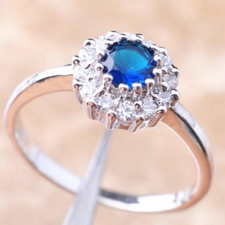 Кольцо с синим топазом 5 мм и белыми топазами