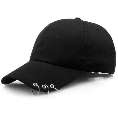 Черная кепка с кольцами на козырьке