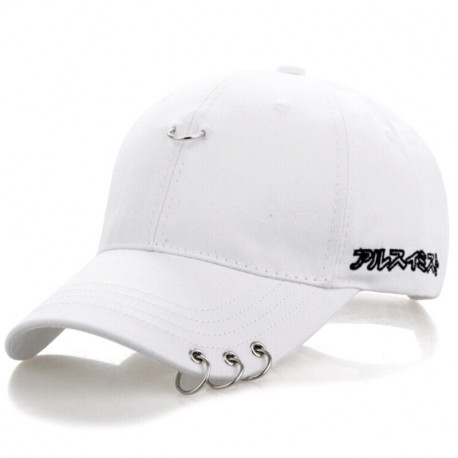 Белая кепка с кольцами на козырьке