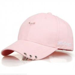 Розовая кепка с кольцами на козырьке