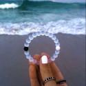 Эластичный браслет из светящихся бусин